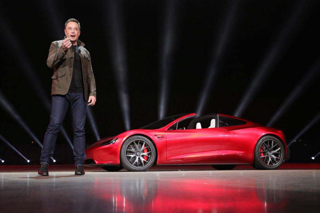 Elon Musk junto a un Tesla