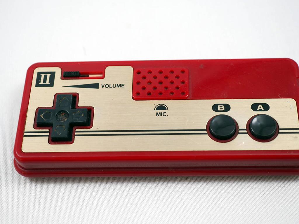 Mando original de Famicom, con micrófono incorporado