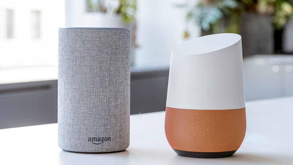 Alexa de Amazon (izq) y Google Home de Google (der)
