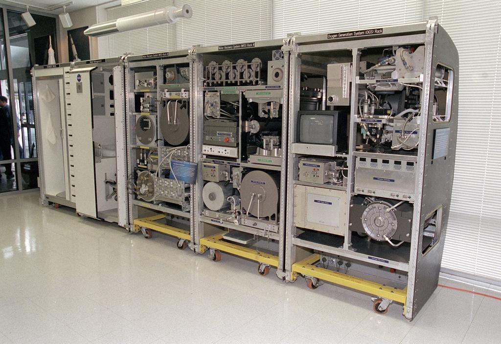 Maqueta del Sistema de Control Ambiental y Soporte Vital (ECLSS) de la NASA, idéntica a la que se encuentra actualmente en la Estación Espacial Internacional.