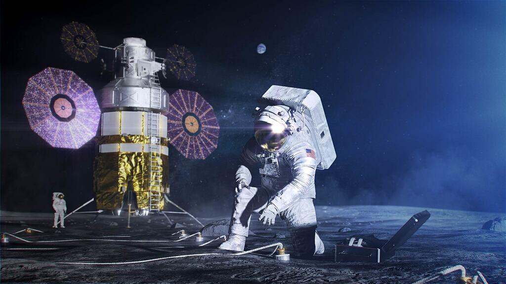 Representación artística de un astronauta de Artemis con el traje espacial xEMU y la mochila de soporte vital xPLS durante un EVA en la Luna.