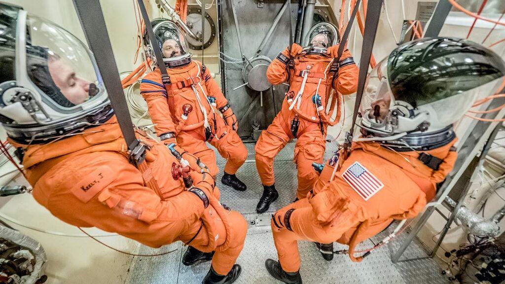 Astronautas con el traje naranja de rescate