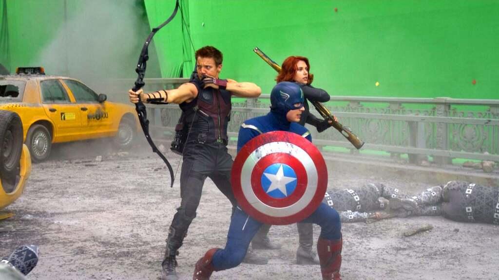 Si observamos detenidamente, se ve un ligero reflejo verde en el escudo de Capitán América