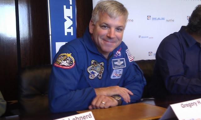 Gregory Jonhson, el último astronauta que visitó Zaragoza para la misión STS-135.