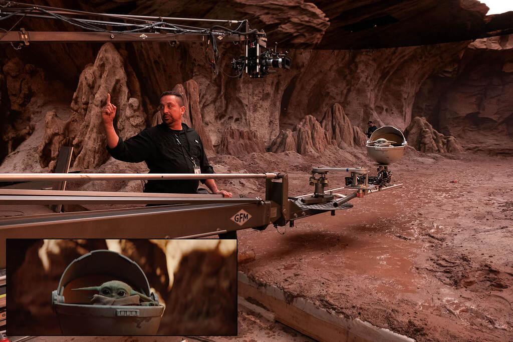 En el set de rodaje de 'The Mandalorian'. Aunque no lo parezca, salvo el suelo, todo el escenario es un panel LED