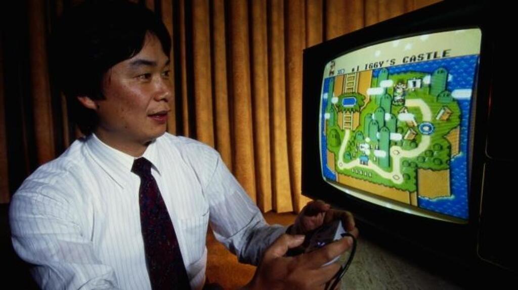 Un joven Miyamoto probando 'Super Mario World', de SNES