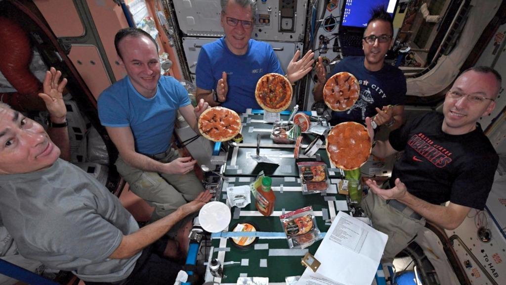 Astronautas de la Estación Espacial Internacional haciendo pizza