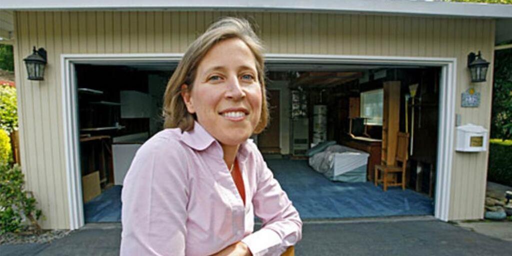 Susan Wojcicki frente al garaje de su antigua casa, en Menlo Park