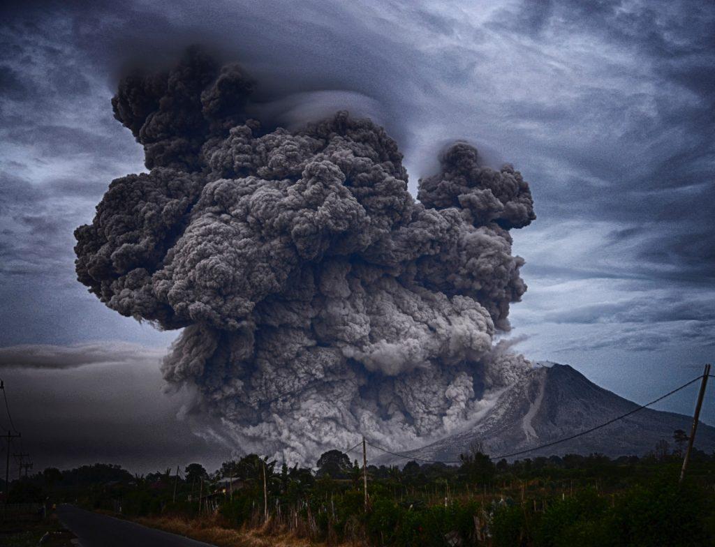 Nube de cenizas tras una erupción volcánica.