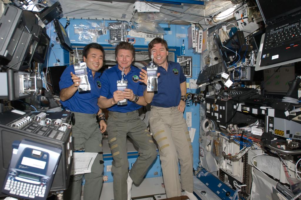 Miembros de la expedición 19 bebiendo agua del Water Recovery System, 2009
