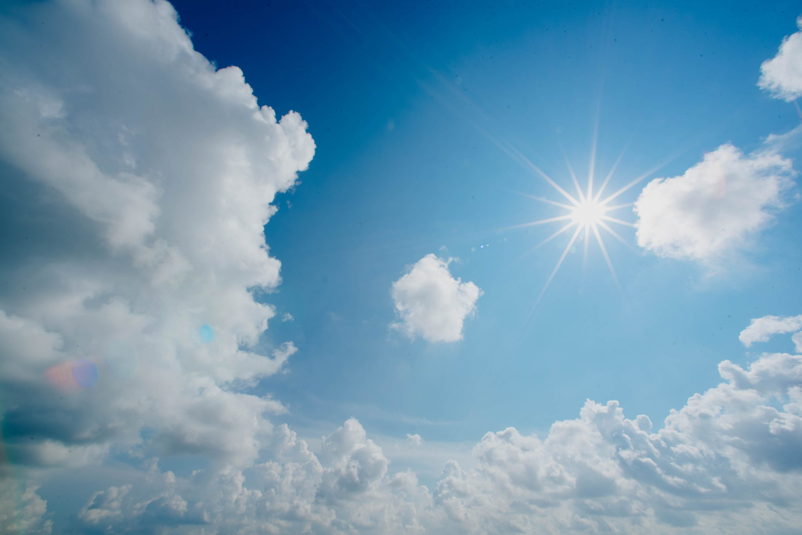 Cielo azulado y sol