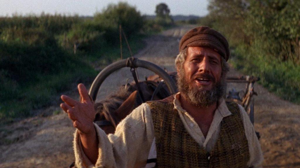 Chaim Topol en el papel de Teyve, hablándole directamente al espectador.