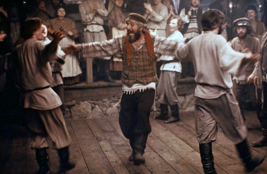 Teyve compartiendo un baile en medio de un choque cultural con otro grupo social.