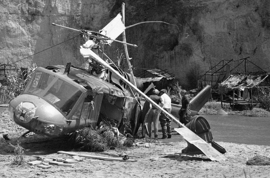 Fotografía del accidente de helicóptero de 'La dimensión desconocida', que acabó con la vida de Vic Morrow, Myca Dinh y Renee Shin-Yi Chen
