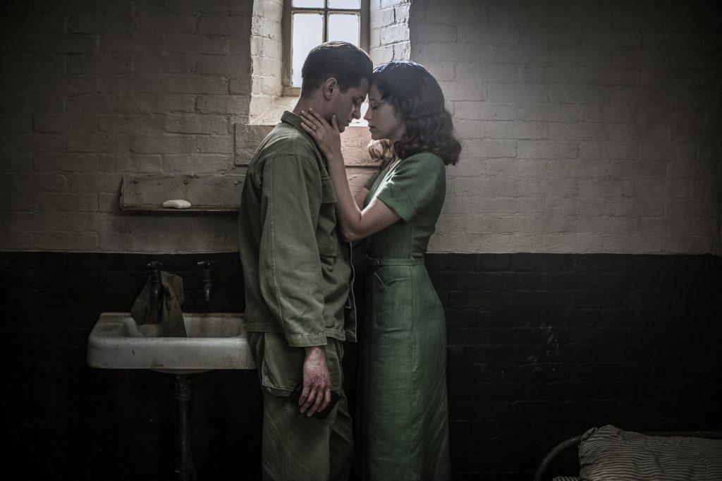 Andred Garfield y Teresa Palmer en 'Hasta el último hombre'