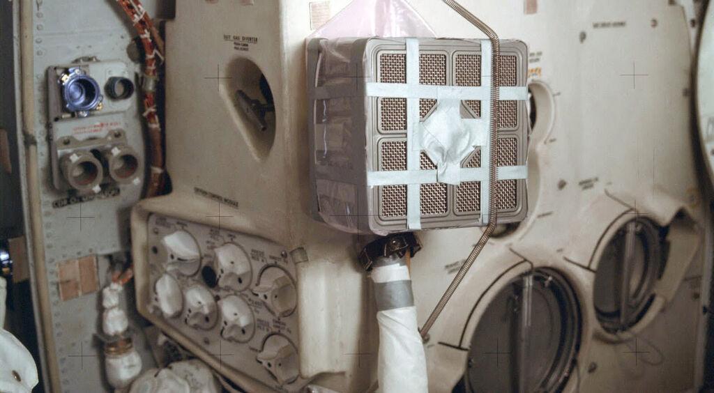 Depurador improvisado que montó la tripulación del Apolo 13 siguiendo las instrucciones de la NASA