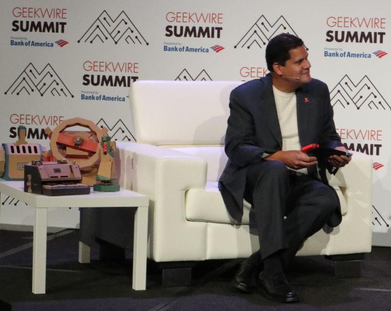 Reggie Fils-Aime, ex-presidente de Nintendo América, con una Nintendo Switch en la Geekwire Summit, 2018