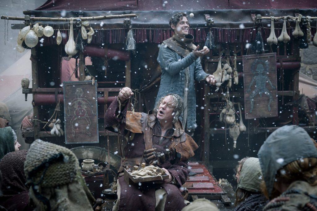Tom Payne y Stellan Skrsgard en 'El médico'
