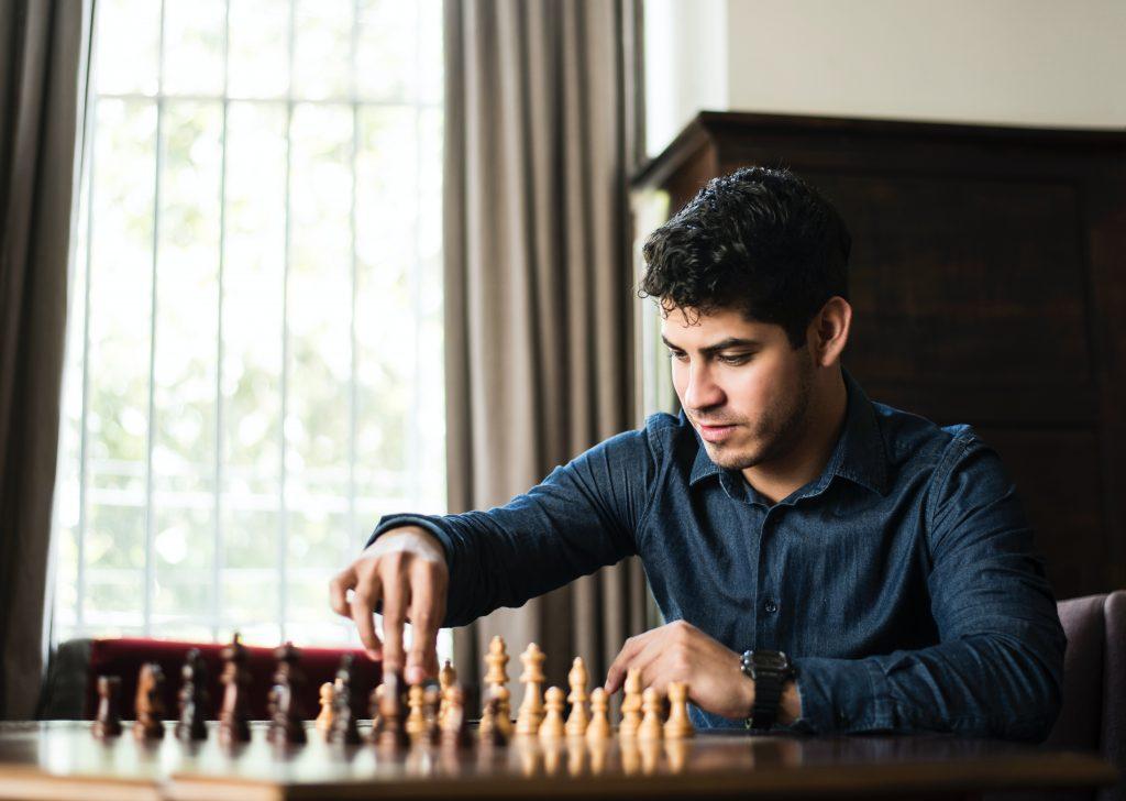 Un hombre jugando solo al ajedrez