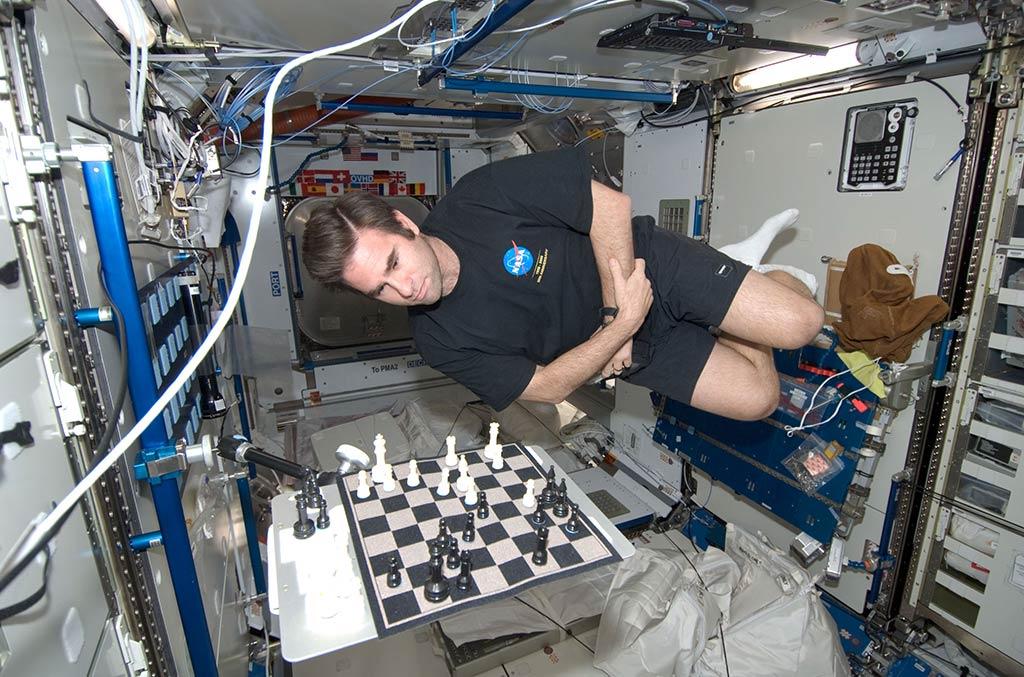 Greg Chamitoff jugando al ajedrez en la Estación Espacial Internacional.
