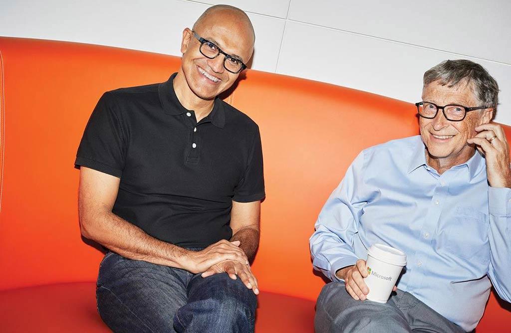 Satya Nadella (izquierda) junto a Bill Gates (derecha)