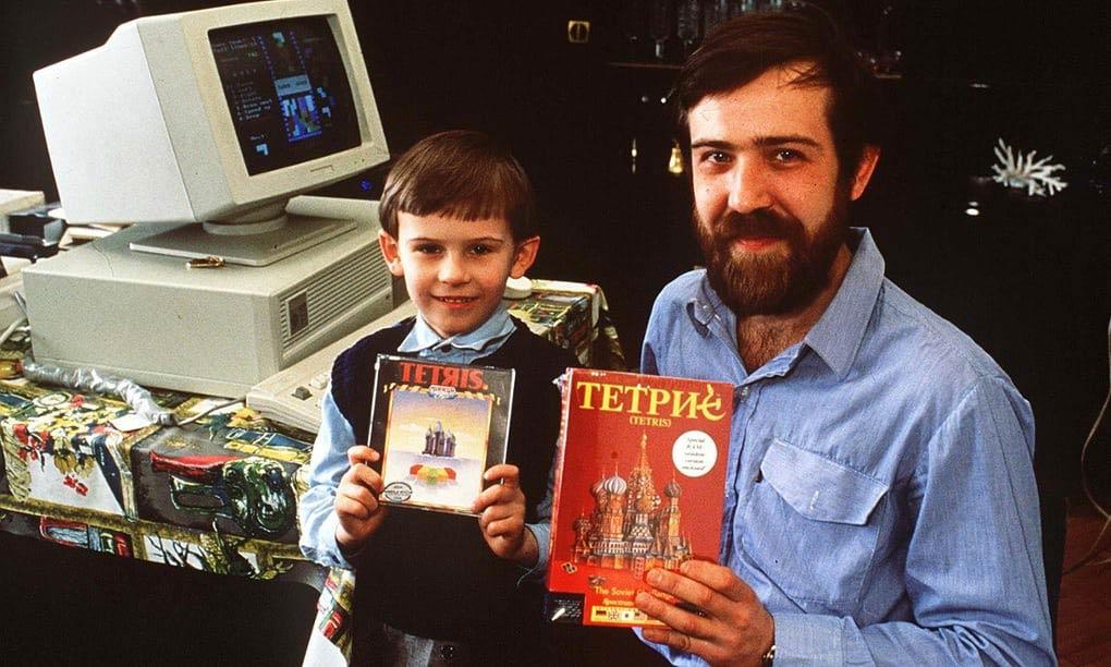 Alekséi Pázhitnov junto a un niño con copias de Tetris para ordenadores domésticos